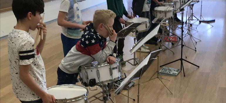 Concentratie bij de jeugdige trommelaars voor de jaarlijkse uitvoering zaterdag aanstaande